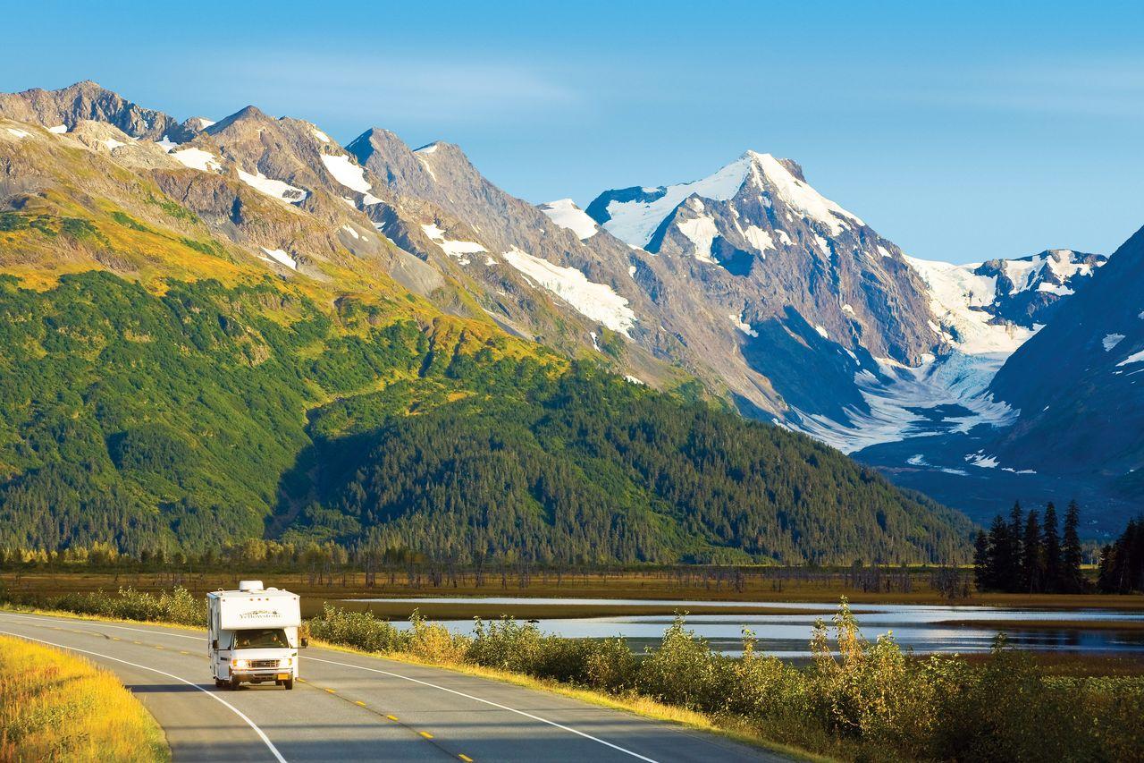 camper im Herbst auf highway am fluss