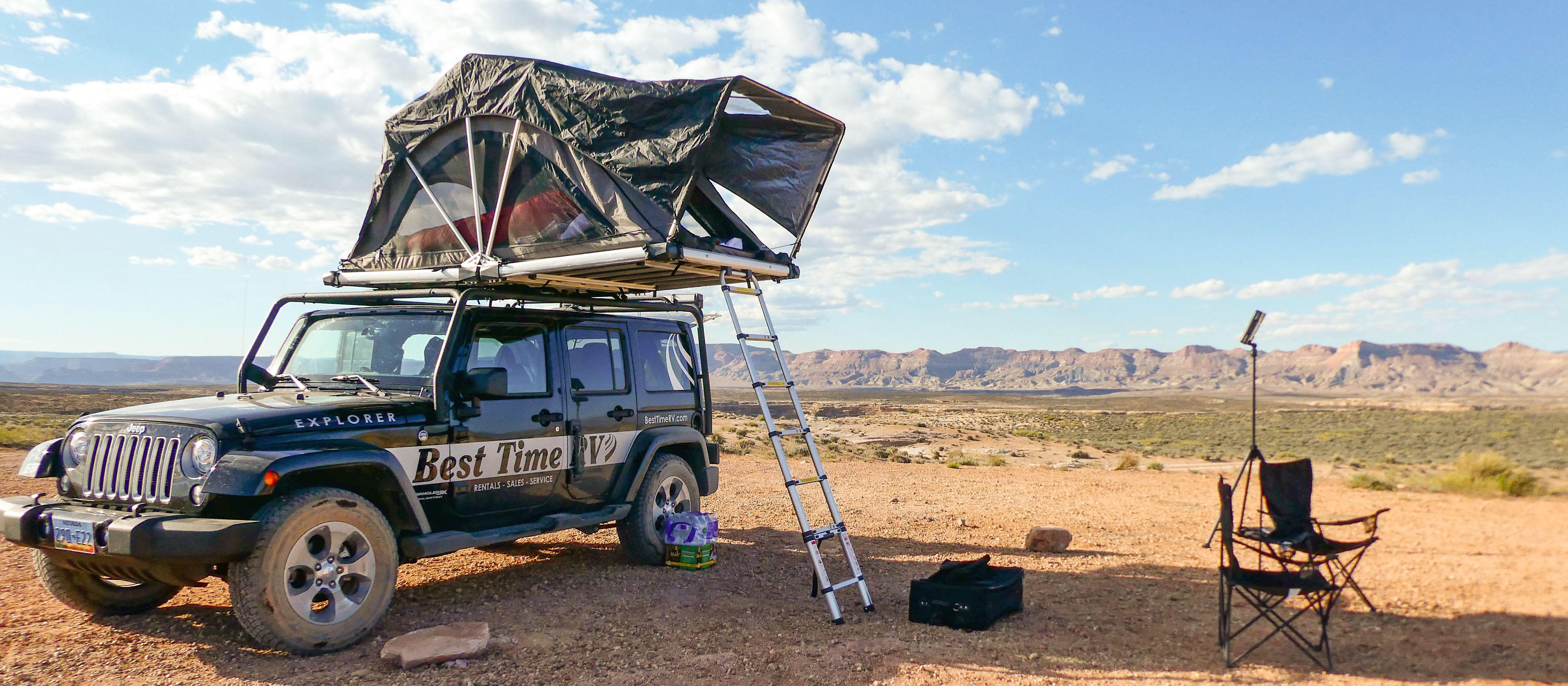 Der Jeep Explorer mit aufgebautem Dachzelt