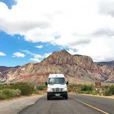 Frontalansicht des Two 4 the Road Campervan von Campervan North America