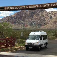 Aussenansicht des Two 4 the Road Campervans von Campervan North America im Spring Mountain Ranch State Park