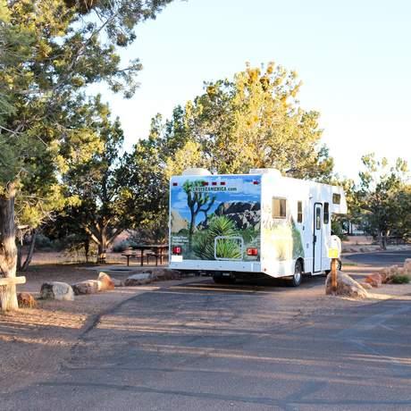 Camper von Cruise America auf dem Campground des Coral Pink Sand Dunes State Park