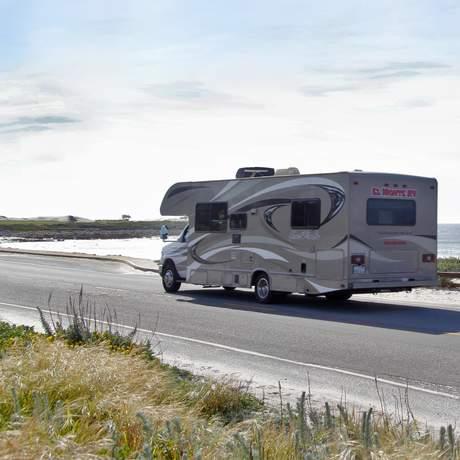 Aussenansicht eines El Monte Motorhomes am Strand in Kalifornien