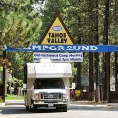 Mit einem Mighty Camper vom Tahoe Valley Campground fahren