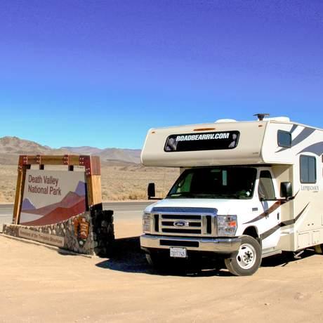 Mit einem Road Bear Rv Camper am Eingang des Death-Valley-Nationalparks