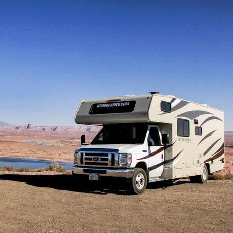 Mit einem Road Bear Rv Camper am Lake Powell im Grenzgebiet von Utah und Arizona