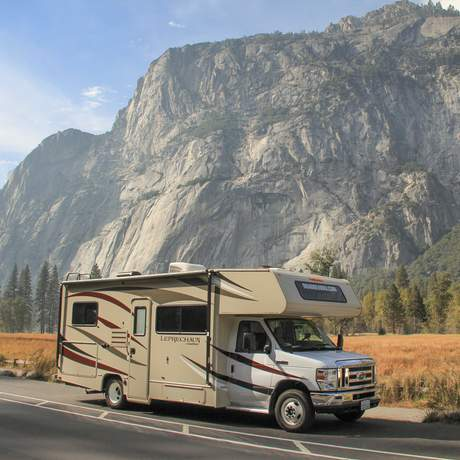 Mit einem Road Bear Rv Camper im Yosemite-Nationalpark in Kalifornien