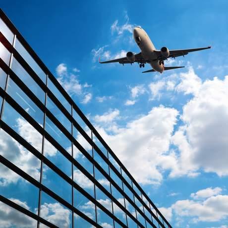 Flugzeug über Flughafen mit Glaswand