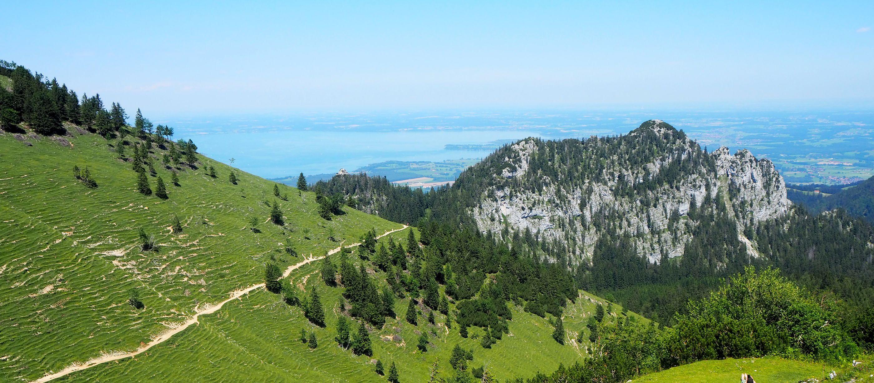 Traumhafter Ausblick auf den Chiemsee in Bayern