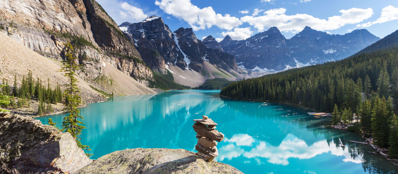 Steinfigur am Moraine Lake im Banff Nationalpark