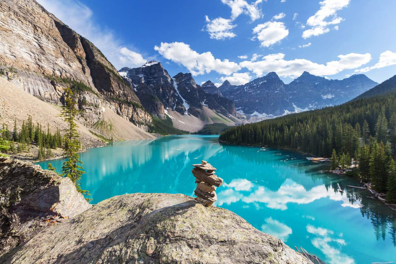 Steinfigur am Moraine Lake im Banff Nationalpark