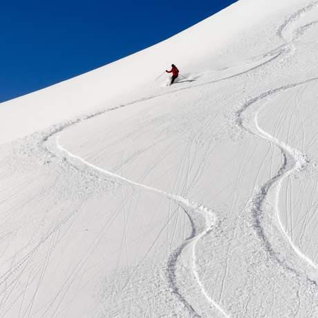 Skifahrer und Spuren im Schnee
