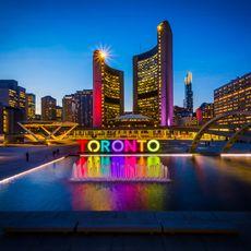 Toronto Schriftzug am Nathan Phillips Square bei Nacht