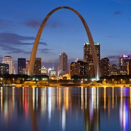 St. Louis Skyline mit Gateway Arch am Abend