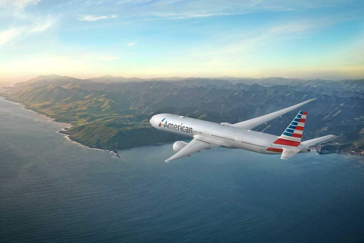 American Airlines Boeing B777-300 beim Flug übers Meer
