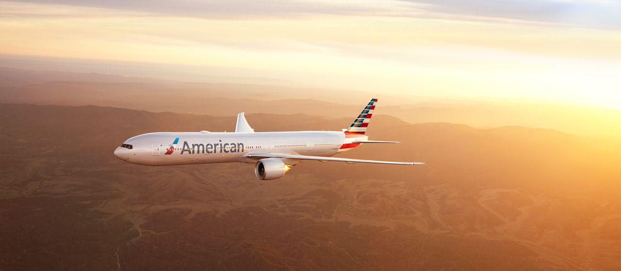 American Airlines Boeing B777-300 Flug beim Sonnenuntergang