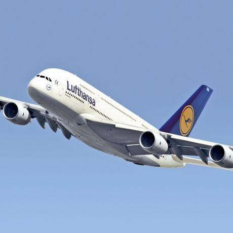 Lufthansa Airbus A380 im Flug