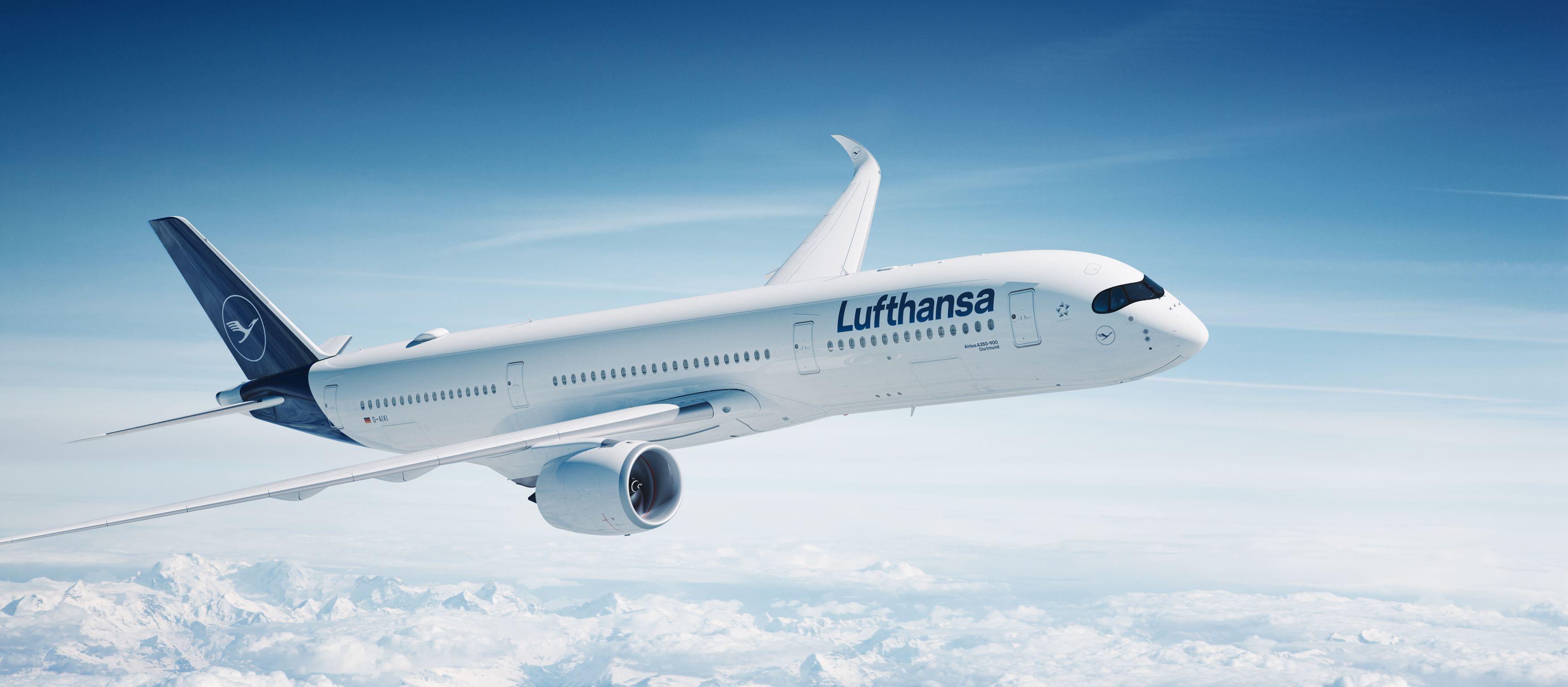 Ein Lufthansa Airbus A350 hoch über den Wolken