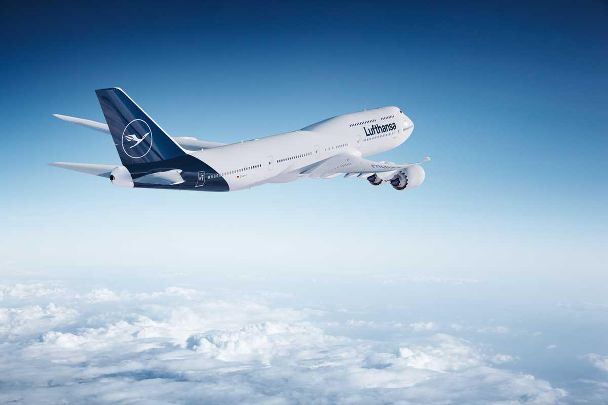 Eine Lufthansa Boeing 747 hoch über den Wolken