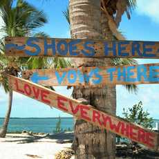 Wegweiser am Strand des Bluff House Resorts auf Abaco