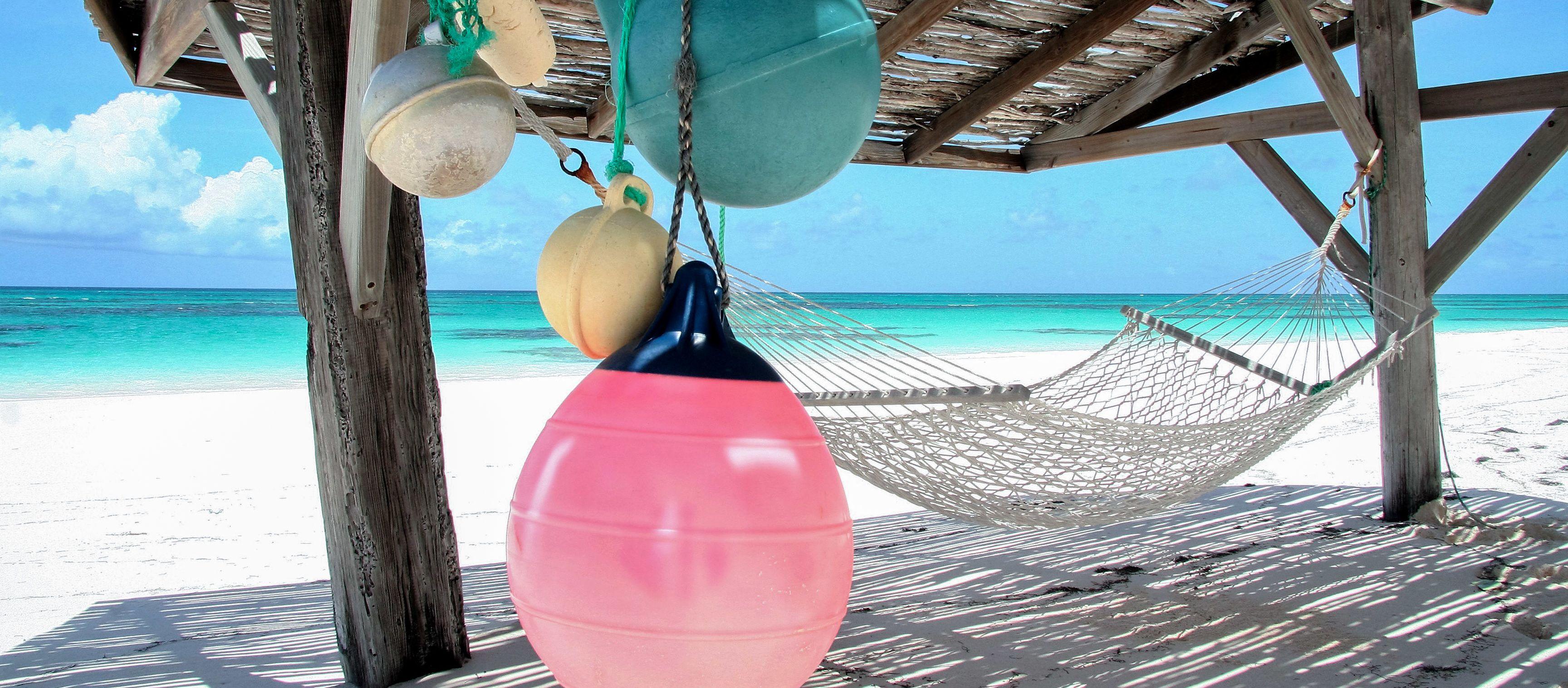 Eine Hängematte am Strand des Greenwood Beach Resorts auf Cat Island