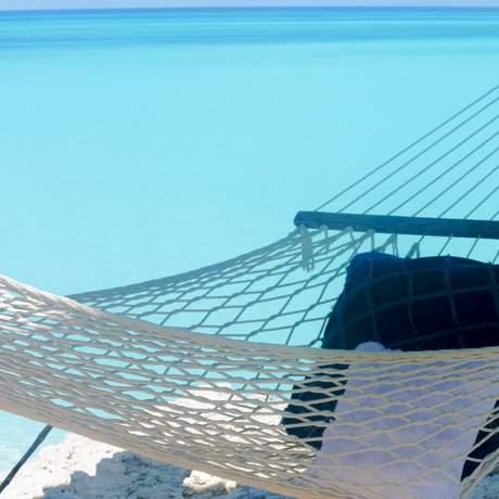 Haengematte am strand von Stella Maris Resort auf Long Island, Bahamas