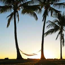 Haengematte im Sonnenuntergang bei den Waimea Plantation Cottages auf Kauai, Hawaii
