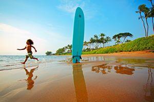 Ein Rennendes Kind am Strand aus Maui