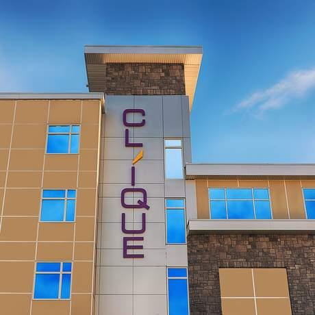 Airport Clique Calgary Hotel