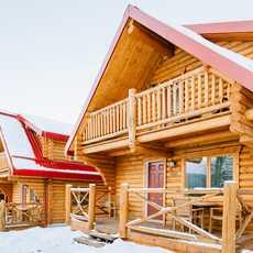 Außenansicht der Pocahontas Cabins in Kanada