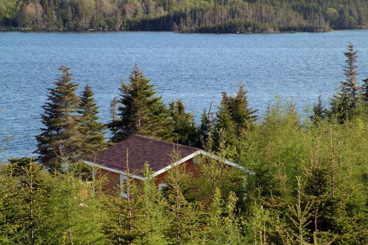 St. Esprit Lake Wilderness Holiday, Außenansicht mit Blick auf den See