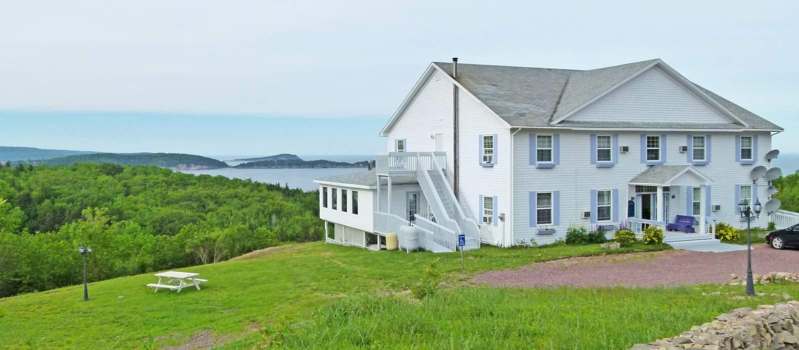 Aussenansicht mit Meeresblick des Castle Rock Country Inn