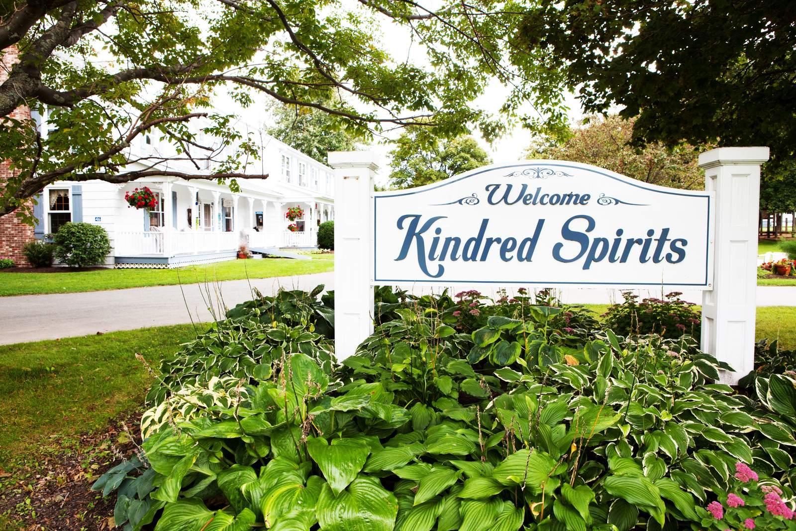 Schild vor dem Kindred Spirits Country Inn and Cottages