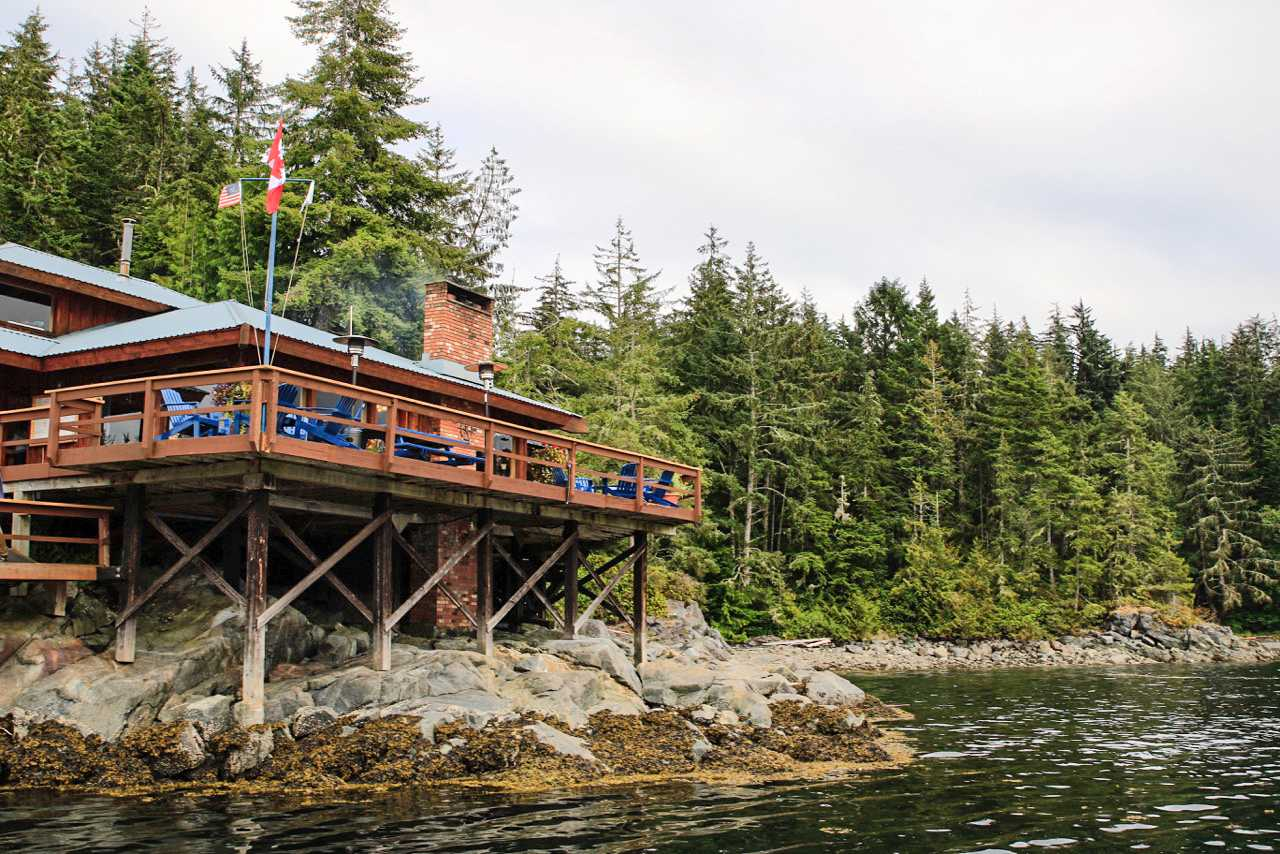 Blick auf die Farewell Harbour Lodge in Comox