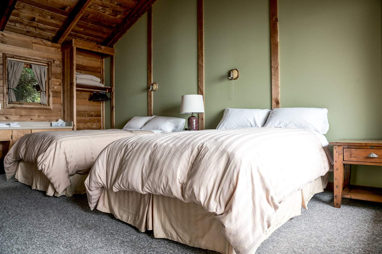 Ein Zweibettzimmer der Farewell Harbour Lodge in British Columbia