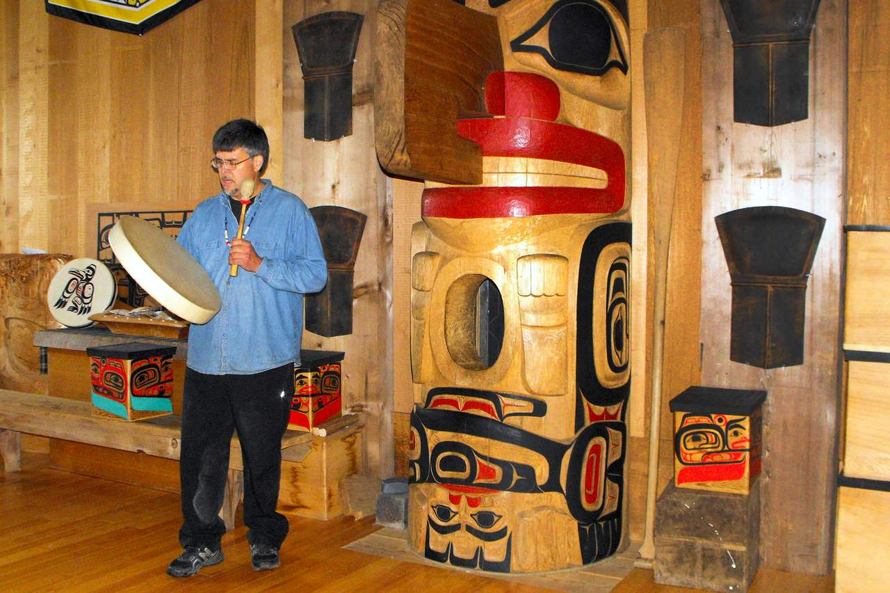 Ritual im Haida House at Tllaal