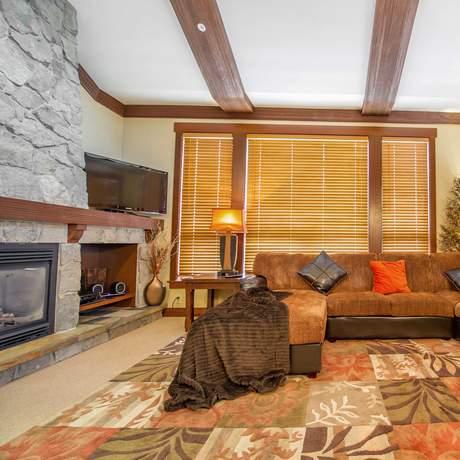 Der Wohnbereich einer Stonebridge Lodge in Kelowna, British Columbia