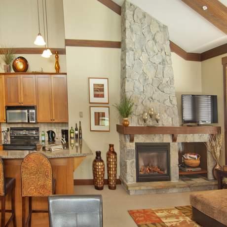 Der Wohn- und Essbereich einer Stonebridge Lodge in Kelowna, British Columbia