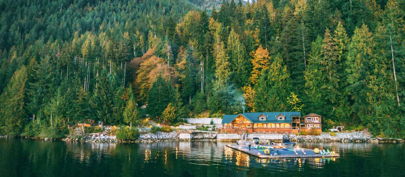 Wasserseitiger Blick auf die Homfray Lodge im Herbst