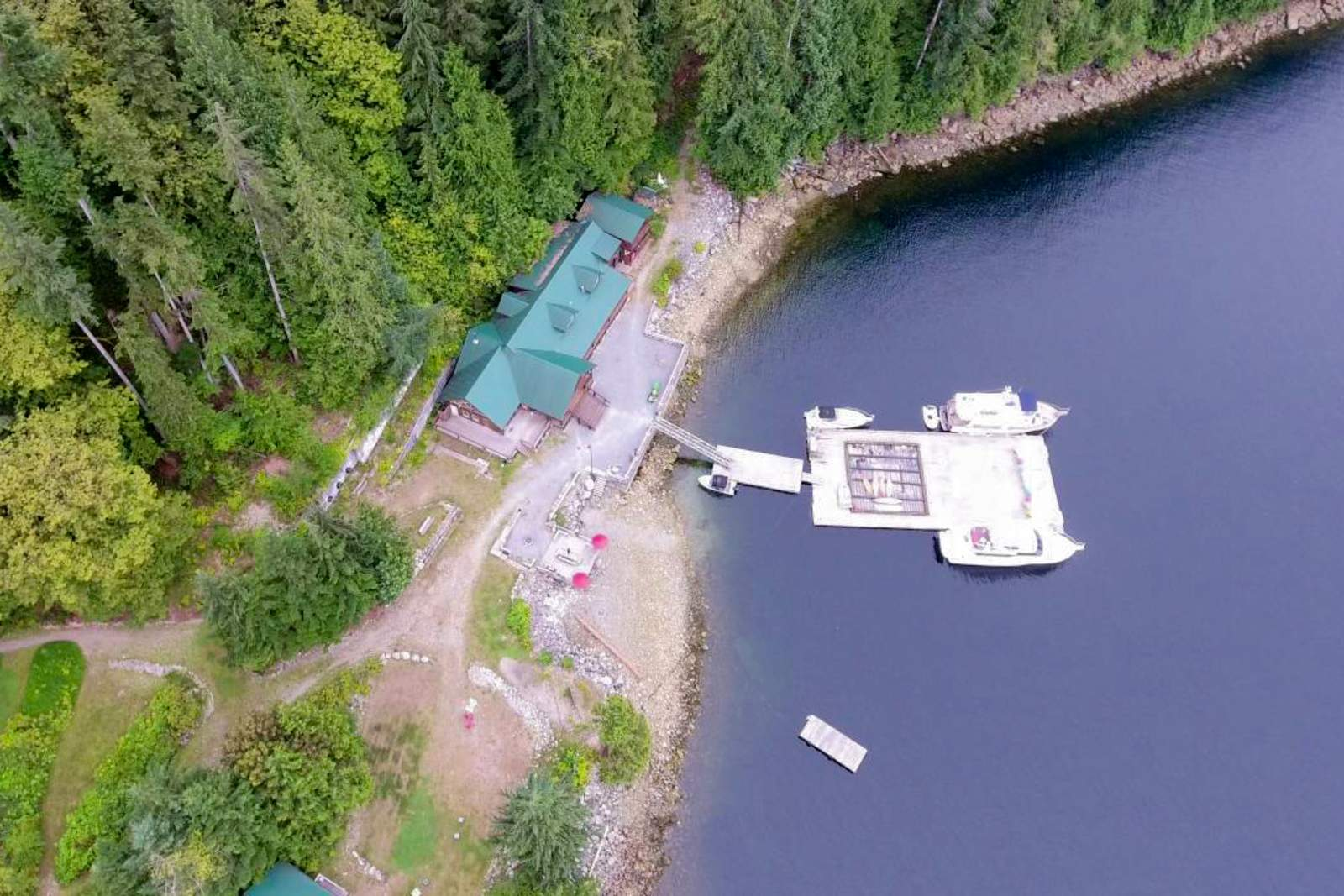 Luftansicht auf eine Hütte der Homfray Lodge