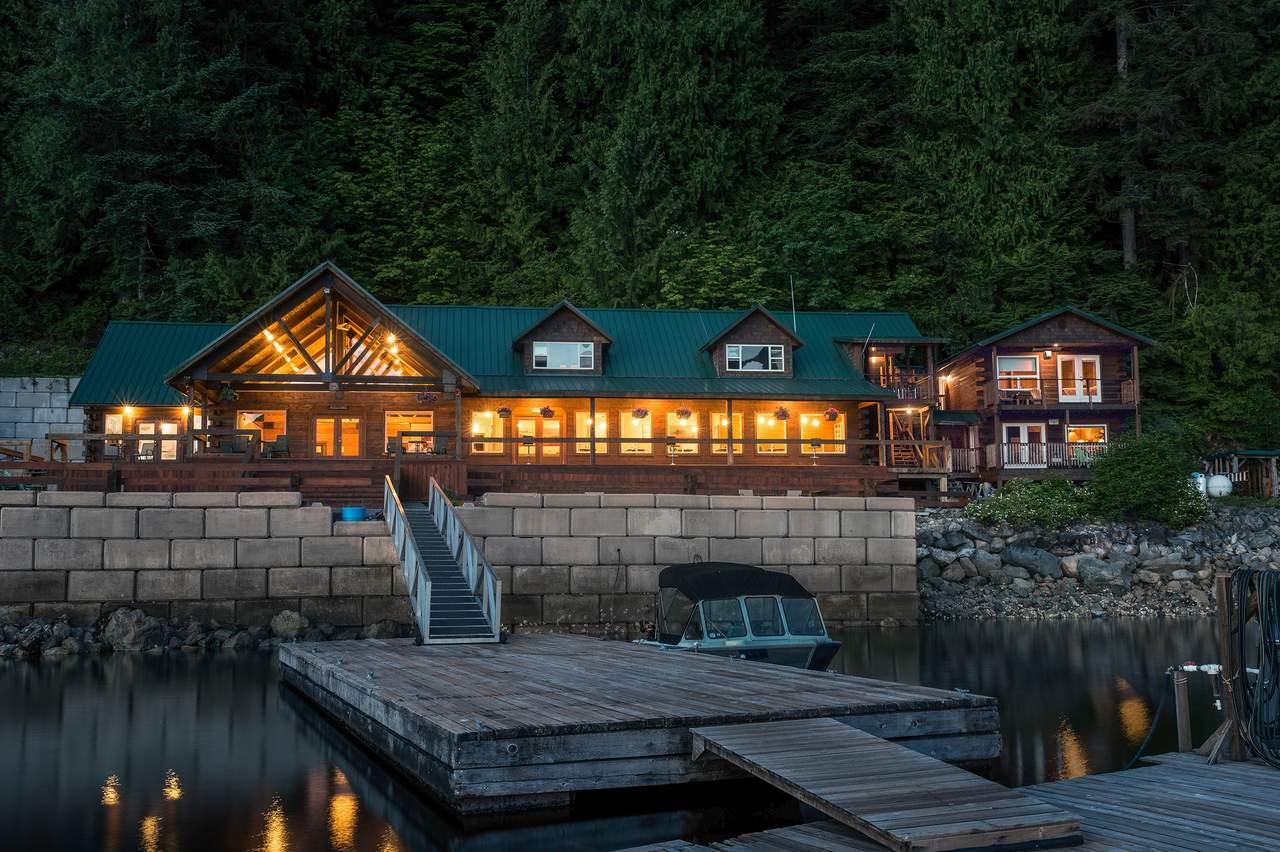 Außenansicht der Haupthütte der Homfray Lodge bei Nacht