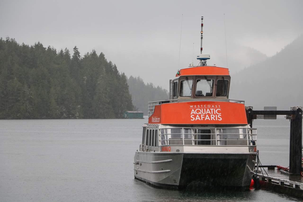 Boot der Westcoast Aquatic Safaris nahe dem Harbour House in Tofino, British Columbia