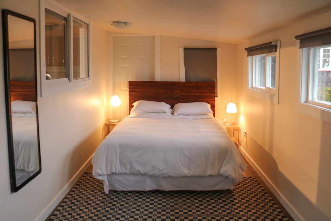Ein Schlafzimmer in einem Apartment des Harbour Houses in Tofino
