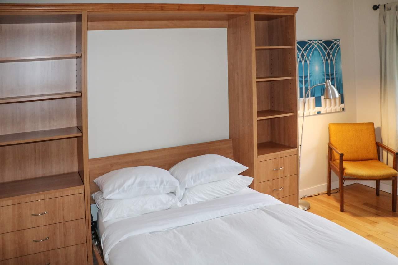 Schlafzimmer eines Apartments im Harbour House in Tofino