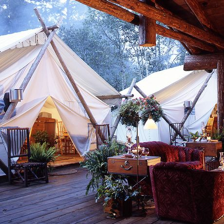 gemütlicher Sitzbereich mit Kamin im Clayoquot Wilderness Resort