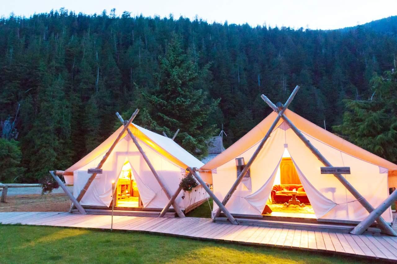 Aussenansicht der Zelte im Clayoquot Wilderness Resort