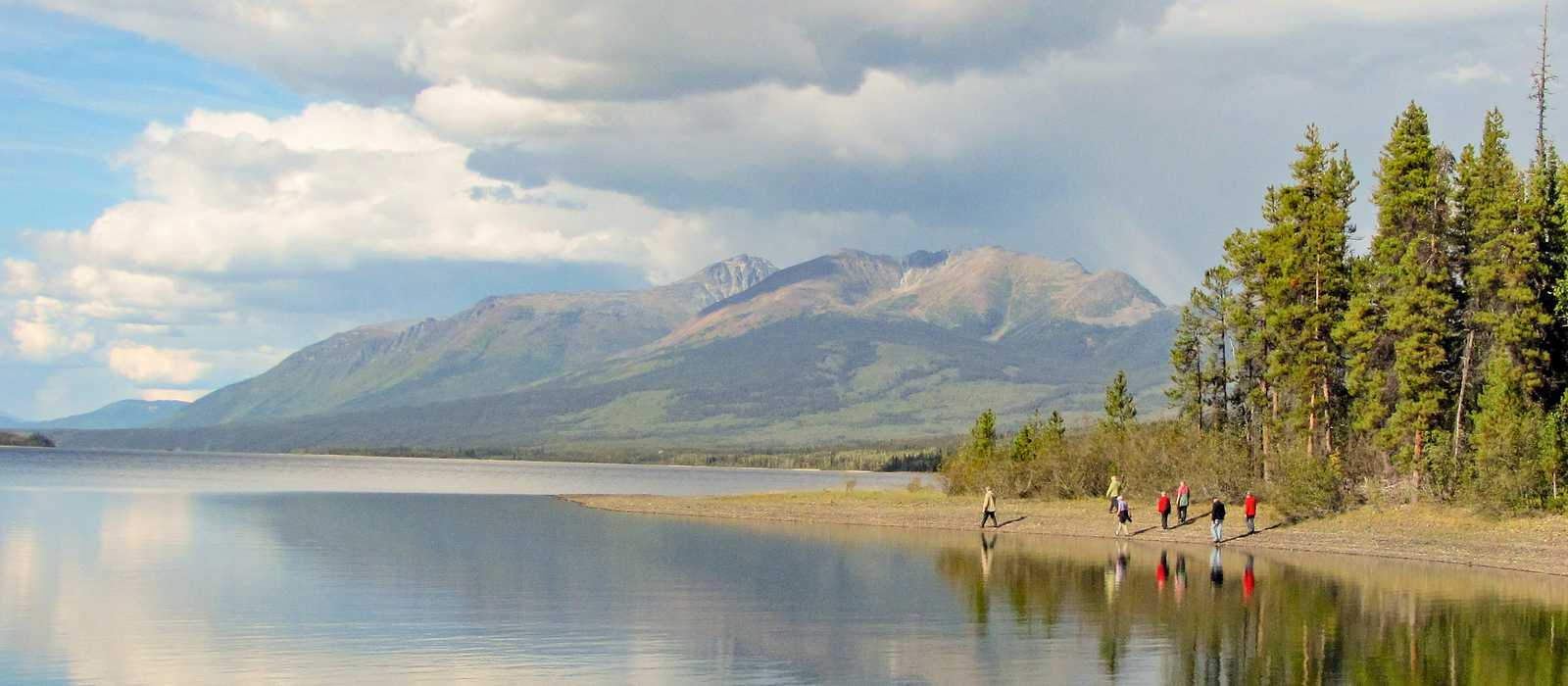 Blick auf den Frances Lake nahe der Frances Lake Wilderness Lodge in Yukon