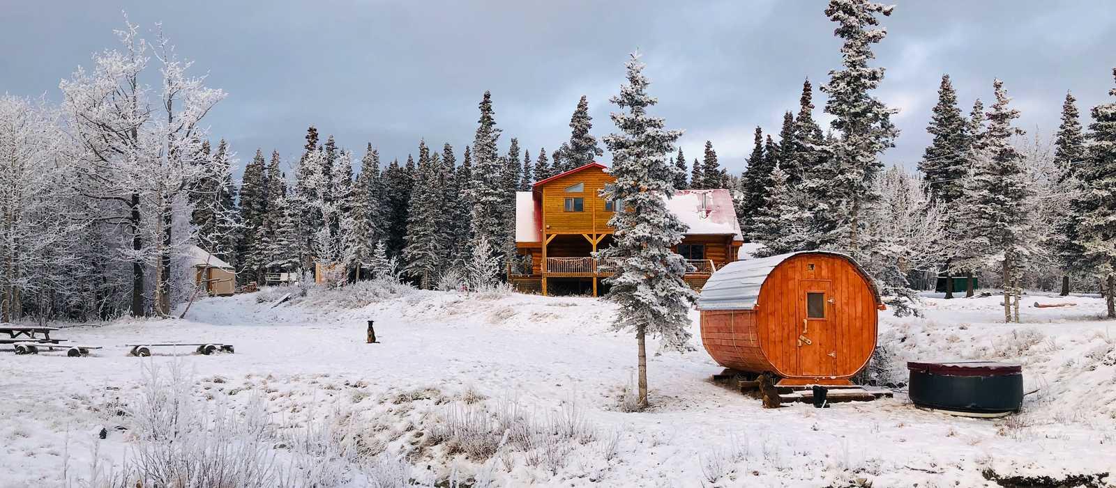 Blick auf die Mount Logan Lodges in Haines Jungtion, Yukon