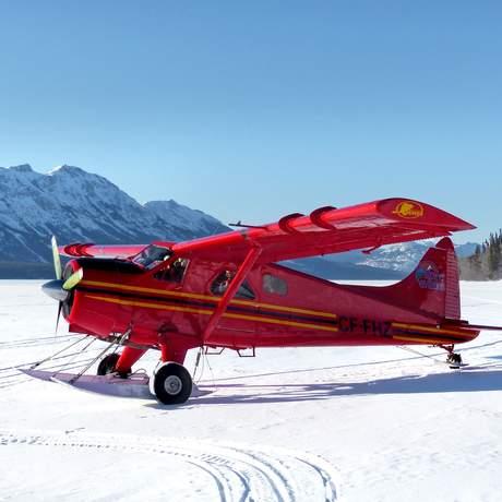 Buschflugzeug auf zugefrorenem See Tagish Wilderness Lodge bei der Tagish Wilderness Lodge