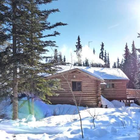 Aussenansicht der eingeschneiten Tagish Wilderness Lodge