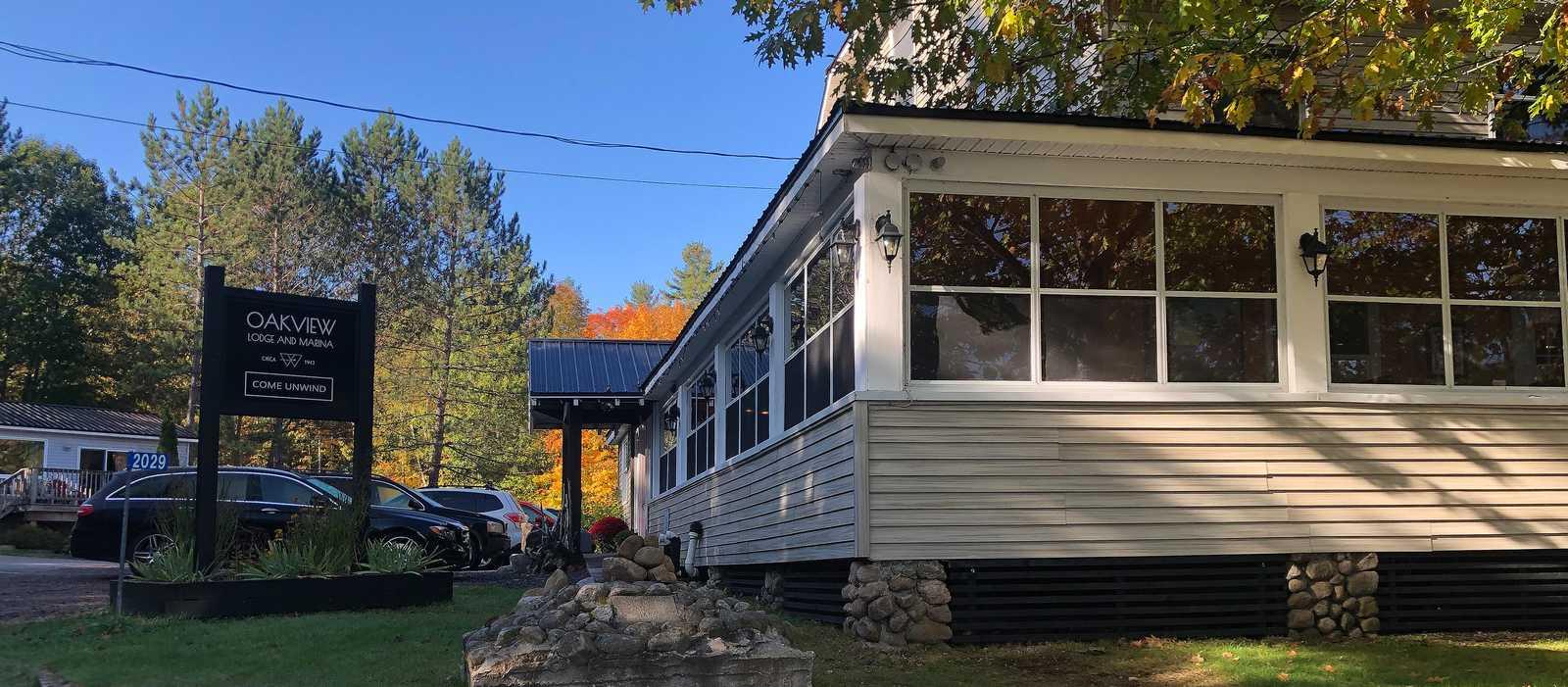 Oakview Lodge & Marina im Herbst